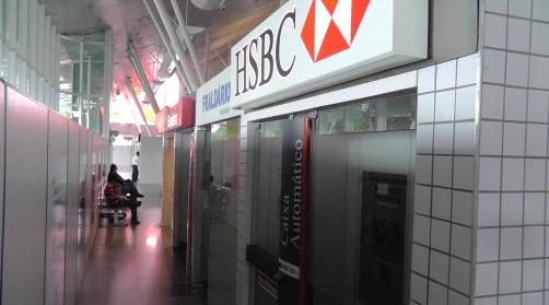 Vorsicht beim Geld abheben am Bankautomat