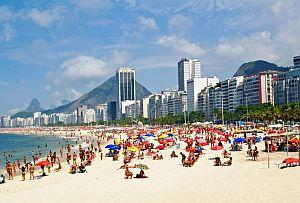 Es ist in Brasilien verboten am Strand oben ohne zu liegen