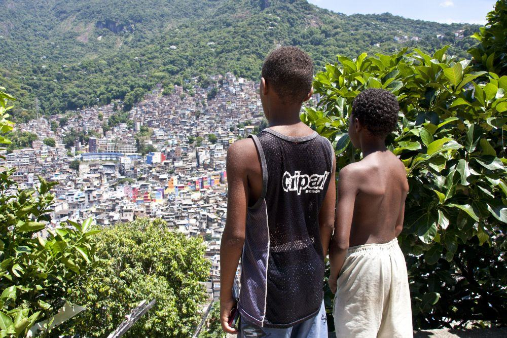 Blick auf eine Favela in Rio de Janeiro